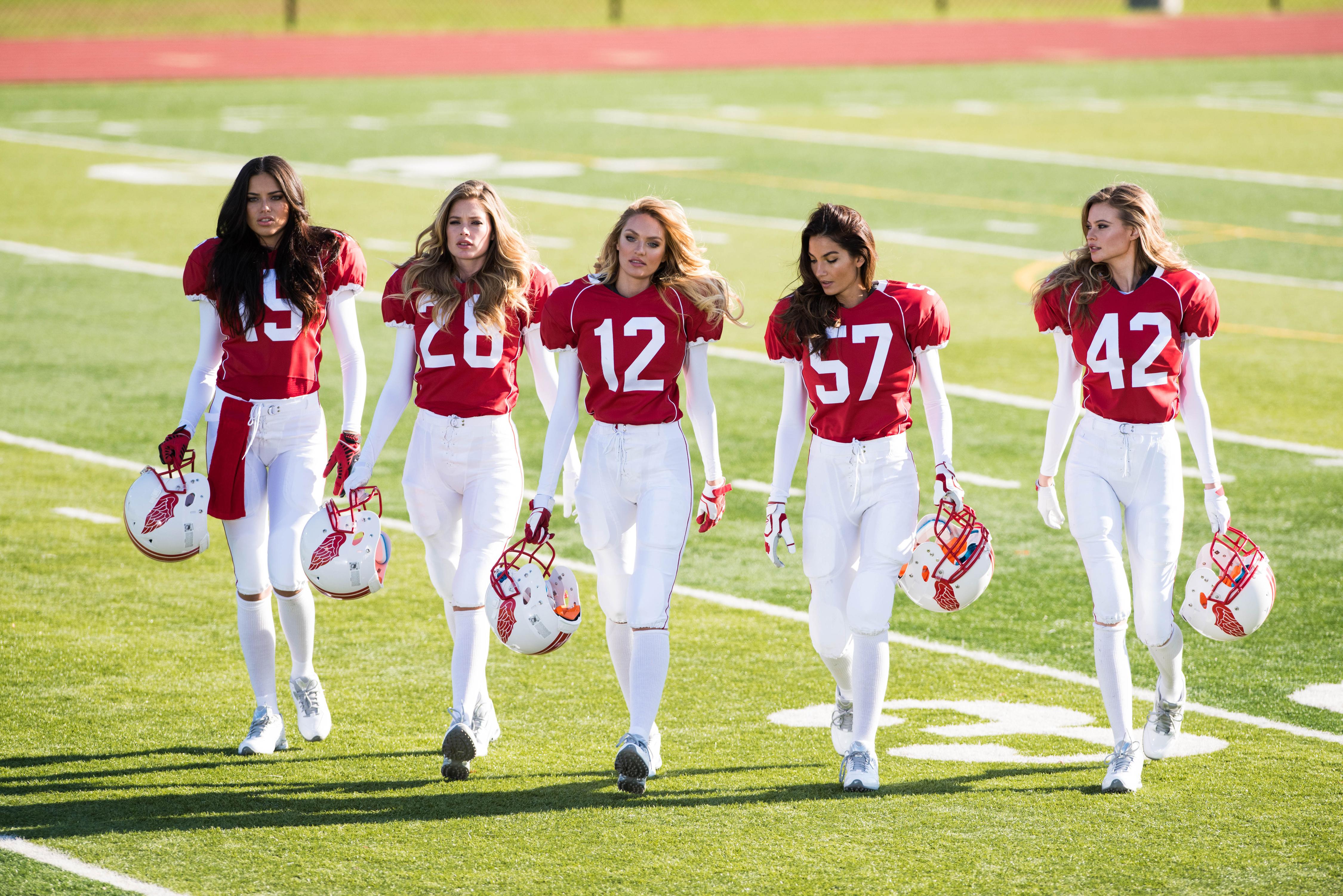 super-bowl-XLIX-2015-valentines-day-angels-behind-the-scenes-walking-victorias-secret-hi-res
