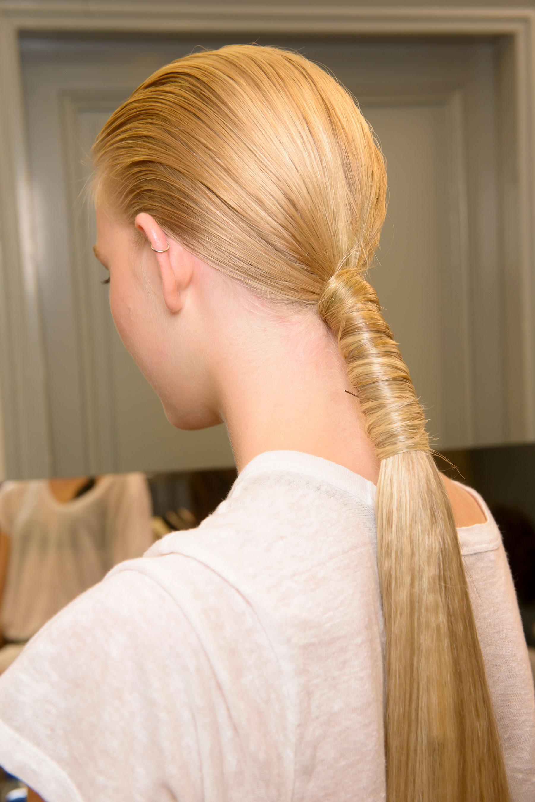 Прическа из гладко зачесаны волос